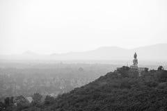 Imagen de Budda del gigante en la colina, cara a la ciudad de Petchaburi, Tailandia Imagenes de archivo