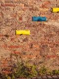 Imagen de buzones coloridos en pared de ladrillo imagenes de archivo