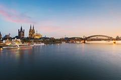 Imagen de Colonia con la catedral de Colonia con el río Rhine y Hoh fotos de archivo
