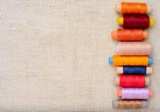 Imagen de Copyspace con los hilos de coser Imagenes de archivo