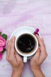 Imagen de Copyspace de las manos que abrazan la taza de café Fotos de archivo