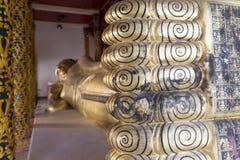 imagen de descanso de oro de la estatua de Buda foto de archivo