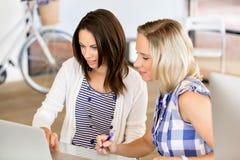 Imagen de dos mujeres de negocios jovenes en oficina imagenes de archivo