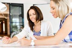 Imagen de dos mujeres de negocios jovenes en oficina foto de archivo