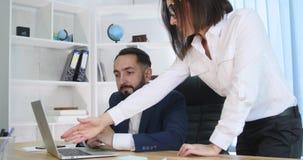 Imagen de dos socios comerciales acertados que trabajan en la reunión en oficina almacen de video