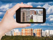 Imagen de edificios de apartamentos en smartphone Fotos de archivo libres de regalías