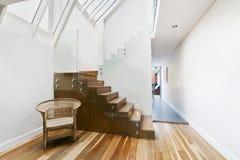 imagen de escaleras de madera slidas con la barandilla de cristal elegante imagen de archivo