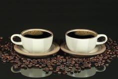 Imagen de espejo de dos tazas de café Fotografía de archivo libre de regalías