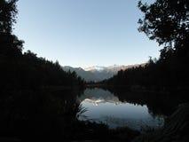 Imagen de espejo en el lago Matheson New Zealand Fotografía de archivo libre de regalías