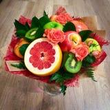 Imagen de flores y de frutas hermosas mismas fotografía de archivo