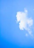 imagen de fondo de la nube blanca feliz y del cielo azul fotografía de archivo libre de regalías