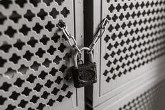 Imagen de fondo, puerta con una cerradura en la cadena, conveniente para hacer publicidad de la inserción del texto Fotografía de archivo