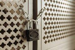 Imagen de fondo, puerta con una cerradura en la cadena, conveniente para hacer publicidad de la inserción del texto Fotos de archivo libres de regalías