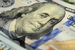 Imagen de Franklin en cientos cierres del billete de banco del dólar para arriba con t Imagenes de archivo