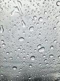 Imagen de gotas de agua en la estación de lluvias del gran contraste fotografía de archivo libre de regalías