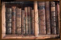 Imagen de Grunge de libros antiguos en estante para libros Imagen de archivo