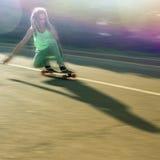 Imagen de la acción del adolescente que hace un truco por el monopatín Fotos de archivo libres de regalías