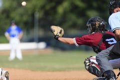 Imagen de la acción del béisbol - colector detrás de la placa w Imagen de archivo