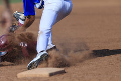 Imagen de la acción del béisbol - dirija primero resbalan dentro de base Fotografía de archivo