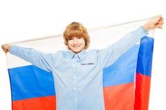 Imagen de la bandera rusa que agita del muchacho caucásico Imagenes de archivo