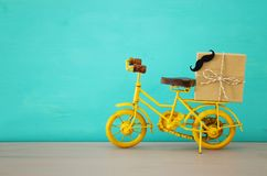 Imagen de la bicicleta del amarillo del metal, presente para el papá Father& x27; concepto del día de s imagen de archivo libre de regalías