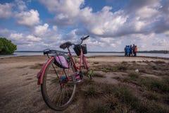 Imagen de la bicicleta y de las nubes en la isla de Muroe imagen de archivo libre de regalías