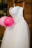 Imagen de la blusa de un vestido del weeding en una suspensión Foto de archivo libre de regalías