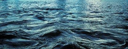 Imagen de la calma, agua que agita azul imagen de archivo