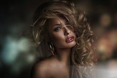 Cara perfecta de la mujer con el fondo oscuro Imagenes de archivo