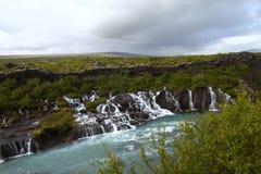 Imagen de la cascada hraunfossar Islandia fotografía de archivo libre de regalías