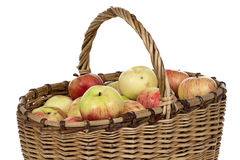 Imagen de la cesta de mimbre con las manzanas Fotografía de archivo