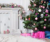 Imagen de la chimenea y del árbol de navidad adornado con el regalo Foto de archivo libre de regalías
