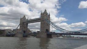Imagen de la ciudad de Londres con el puente y el río Támesis de la torre con el cielo azul en fondo