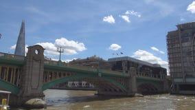 Imagen de la ciudad de Londres con las naves y los rascacielos turísticos del río Támesis en fondo metrajes