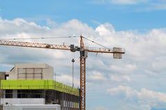 Imagen de la construcción amarilla de grúa con el cielo azul, torre c Fotos de archivo