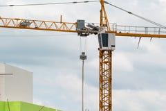 Imagen de la construcción amarilla de grúa con el cielo azul, torre c Foto de archivo libre de regalías