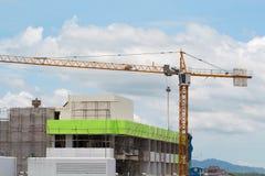 Imagen de la construcción amarilla de grúa con el cielo azul, torre c Fotografía de archivo libre de regalías