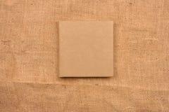 Imagen de la cubierta de cuero beige del álbum de foto en fondo del yute K Fotografía de archivo