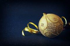 Imagen de la decoración festiva de la bola del oro del árbol de la Navidad Imagen de archivo libre de regalías