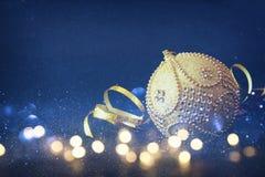 Imagen de la decoración festiva de la bola del oro del árbol de la Navidad Fotos de archivo