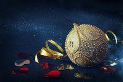 Imagen de la decoración festiva de la bola del oro del árbol de la Navidad Fotografía de archivo libre de regalías