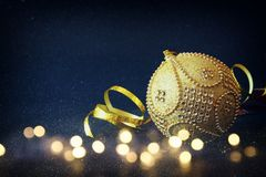 Imagen de la decoración festiva de la bola del oro del árbol de la Navidad Imagen de archivo