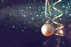 Imagen de la decoración festiva de la bola del oro del árbol de la Navidad Foto de archivo