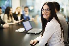 Imagen de la empresaria joven atractiva que assiste a conferencia fotos de archivo