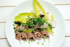 Imagen de la ensalada con el cordero, las pasas y el queso de las ovejas Fotografía de archivo