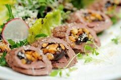 Imagen de la ensalada con el cordero, las pasas y el queso de las ovejas Fotografía de archivo libre de regalías