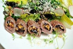 Imagen de la ensalada con el cordero, las pasas y el queso de las ovejas Imagen de archivo