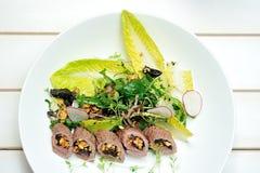 Imagen de la ensalada con el cordero, las pasas y el queso de las ovejas Fotos de archivo