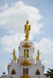 Imagen de la estatua de Buda con las nubes y el fondo del cielo Imagen de archivo libre de regalías