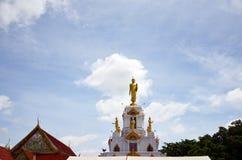 Imagen de la estatua de Buda con las nubes y el fondo del cielo Imagenes de archivo